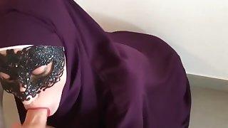 Arabische Hausfrau in Burka bläst dicken Schwanz