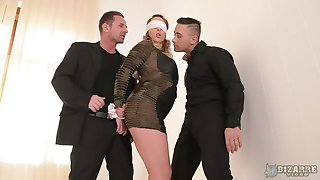 Blindfolded big bottomed Victoria Summers is fucked by two ill at ease studs