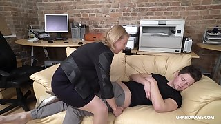 Bushwa starved adult German lady wakes roughly her stepson with oral sex